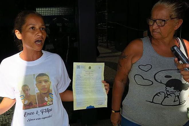Mãe de uma das vítimas afirma que filho de 21 anos não tinha perfurações de tiro; Defensoria Pública vai no Morro do Fallet nesta terça (12)