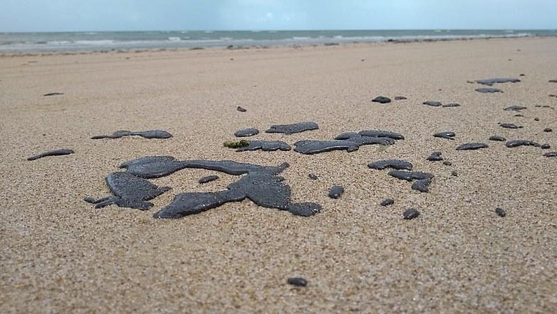 Foto enviada por turistas mostra parte do estrago causado pelas manchas nas praias de Caetanos de Cima, em Amontada (CE)