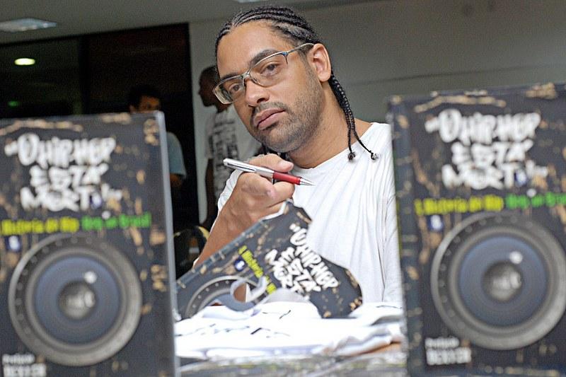 """Um dos livros escritos por Toni C é """"O hip-hop está morto!: a história do hip-hop no Brasil"""""""