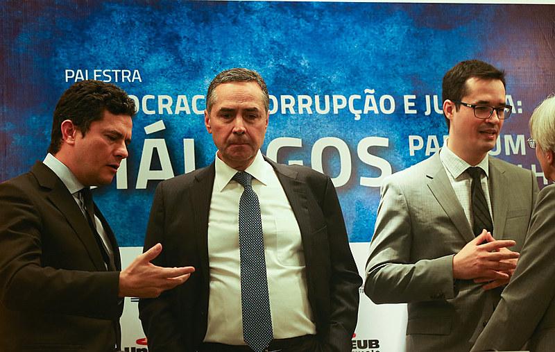 O juiz federal Sérgio Moro, o ministro do STF, Luís Roberto Barroso, e o procurador Deltan Dallagnol, no UniCEUB José Cruz (2016)