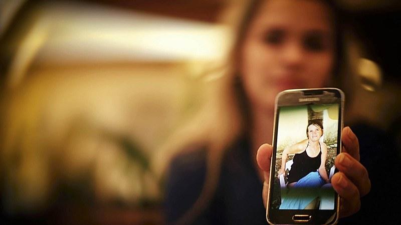 Na fotografia, Divanilce Andrade mostra a fotografia de sua mãe, Nicinha, no celular.