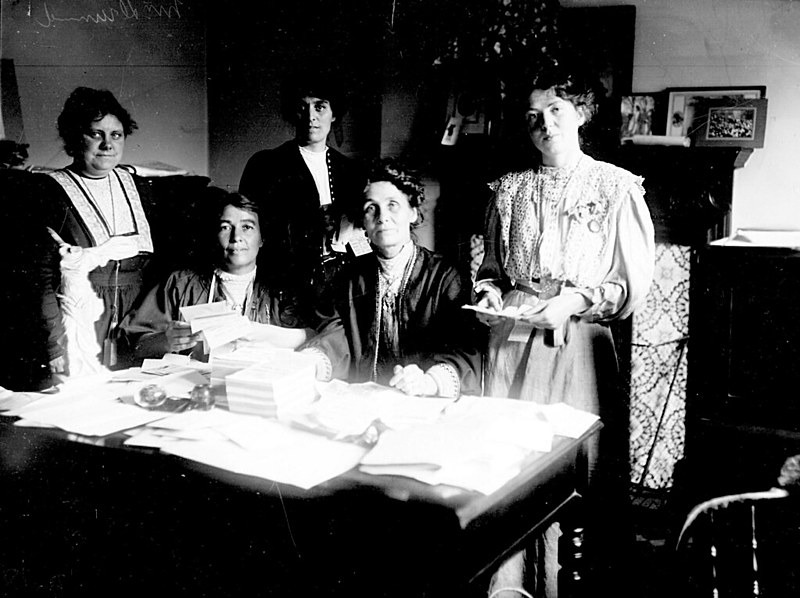 Emmeline Pankhurst (segunda à direita) com a filha dela, Christabel, e outras líderes do movimento sufragista da Inglaterra