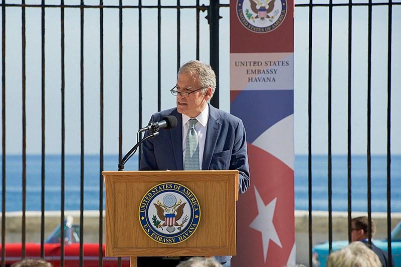 Diplomata Jeffrey DeLaurentis discursa na reabertura da embaixada estadunidense em Havana