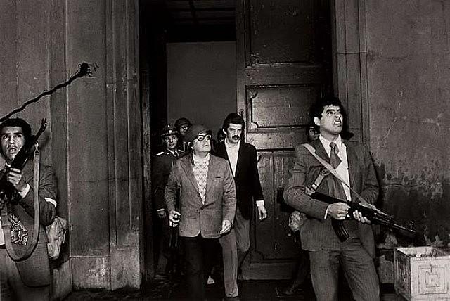 Na manhã do dia 11 de setembro, de 1973, Salvador Allende anuncia resistência ao golpe no Palácio La Moneda, no Chile