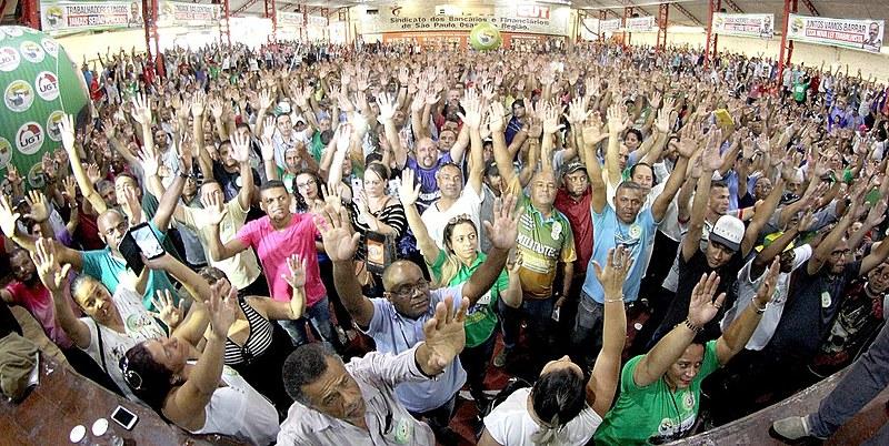 Assembleia com condutores de ônibus aprovam participação em greve do dia 19