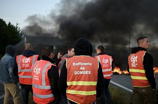 Protesto em rodovia francesa contra a lei baixada por decreto na última terça-feira (17)
