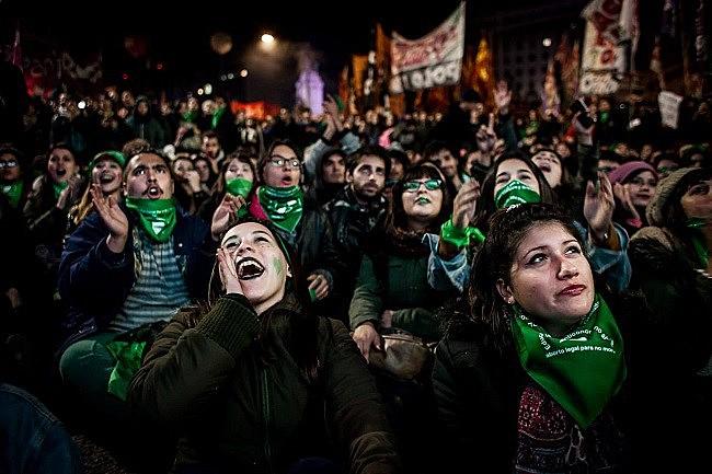 Durante a madrugada, um milhão de pessoas, segundo os organizadores, acompanharam a votação ao redor do Congresso argentino