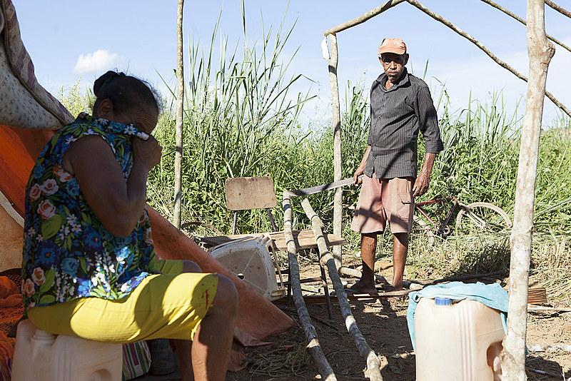 Famílias começam a dividira as áreas do novo acampamento