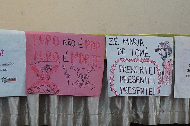 Cartaz em memória do assassinato do líder comunitário e ambientalista José Maria Filho, o Zé Maria do Tomé, no Ceará