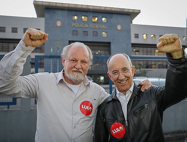 João Pedro Stedile y Rui Falcão en frente a la Superintendencia de la PF en la ciudad de Curitiba