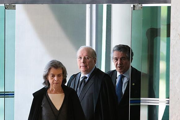 A presidente do STF, Cármen Lúcia e o ministro Celso de Mello chegam ao Supremo para julgar a liminar que determina o afastamento de Renan Calheiros, da presidência do Senado
