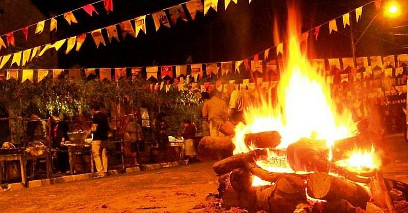 Fogueira, fogos de artifícios e comidas de milho permeiam as festas de Santo Antônio, São João e São Pedro.