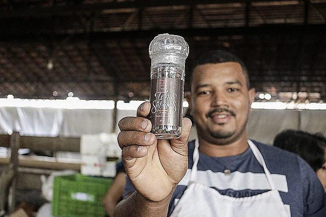 El sin tierra Roberto Silva del estado de Espírito Santo exhibe la pimienta de la marca Tierra de Sabores, producida en un asentamiento