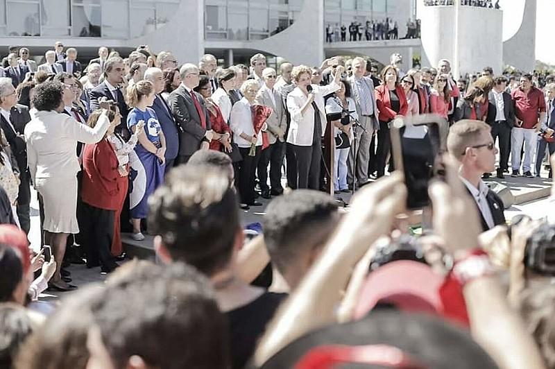 Tanto Dilma em seu discurso, quanto a Frente Brasil Popular, pediram que a população continue na luta pela democracia