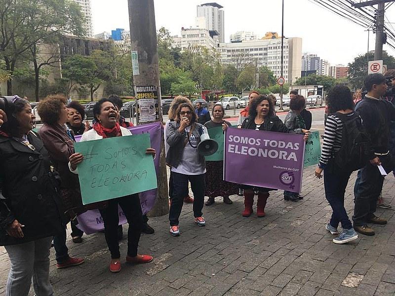 Grupo de mulheres protesta em frente ao Fórum do Juizado Especial Cível Central, em defesa da ex-ministra Eleonora Menicucci, processada por danos morais pelo ator Alexandre Frota