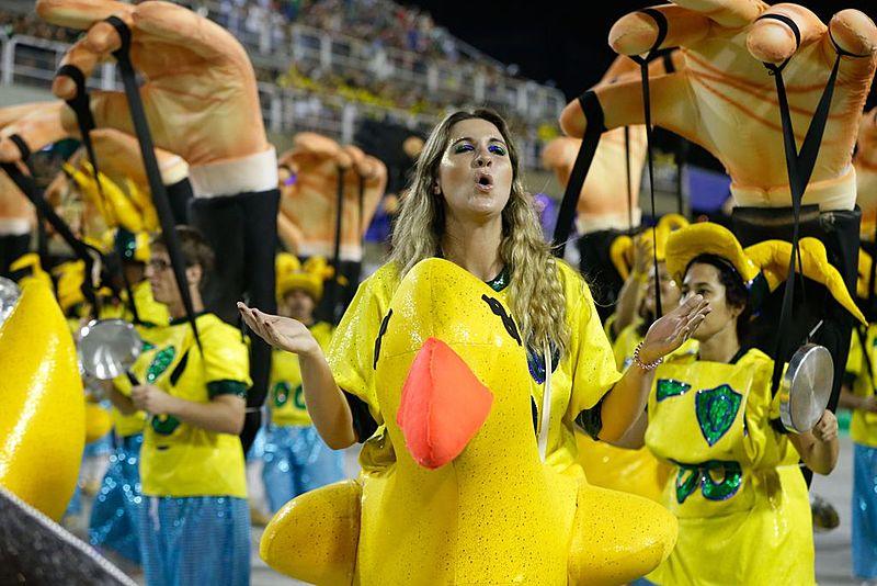 Ala dos patos amarelos da Tuiutí em 2018 fez alusão ao pato inflável da FIESP, entidade que apoiou o golpe contra Dilma Rousseff