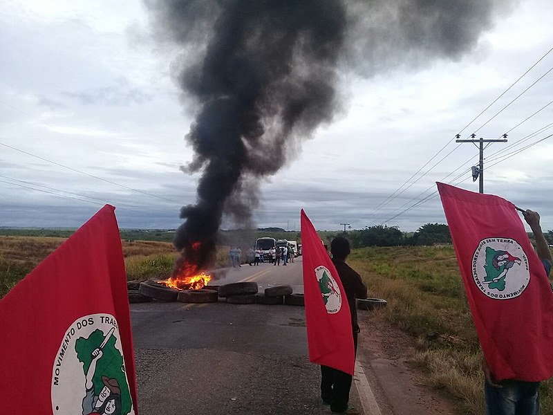"""A rodovia BR-101, em Natal (PB), foi bloqueada em protesto na manhã desta sexta-feira; segundo Jaime Amorim, do MST, Lula é """"a voz do povo"""""""