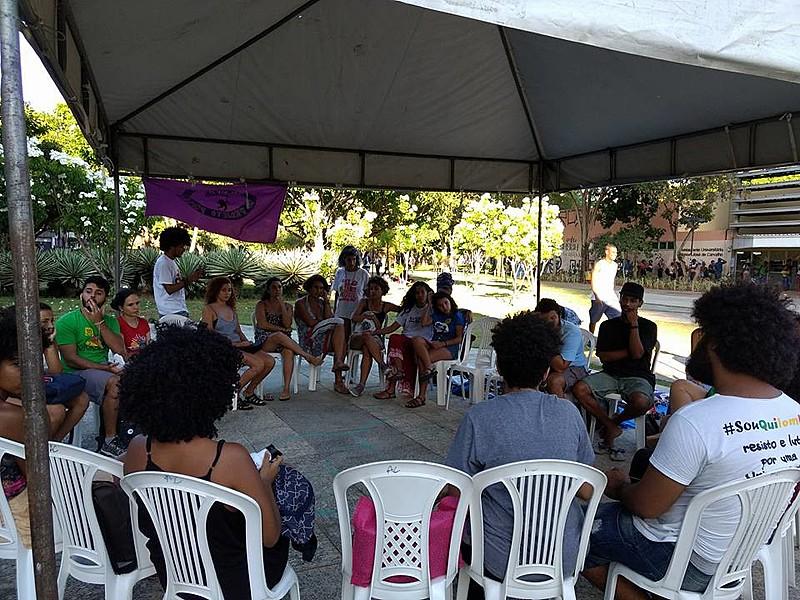 As mulheres se reúnem para debater feminismos e atuação dentro da universidade na roda de conversa da Frente Feminista da UFBA.