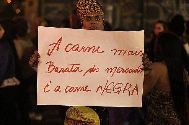 Manifestante carga afiche en la Marcha de las Mujeres Negras en julio de este año, en São Paulo