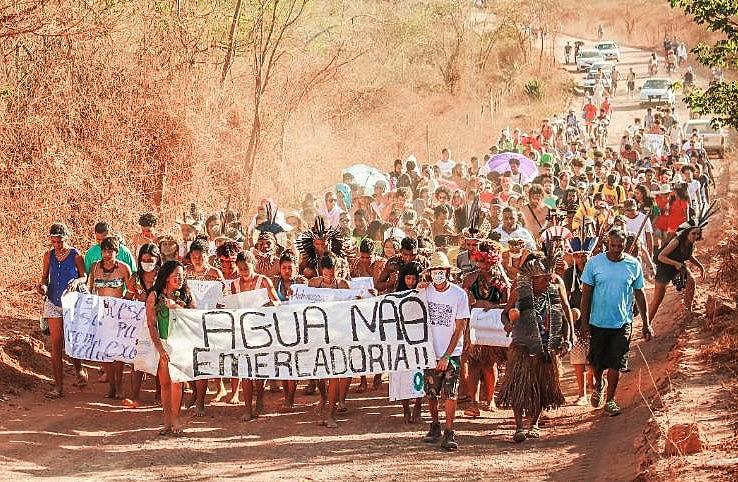 Integrantes das comunidades chegam em caminhada para a Jornada