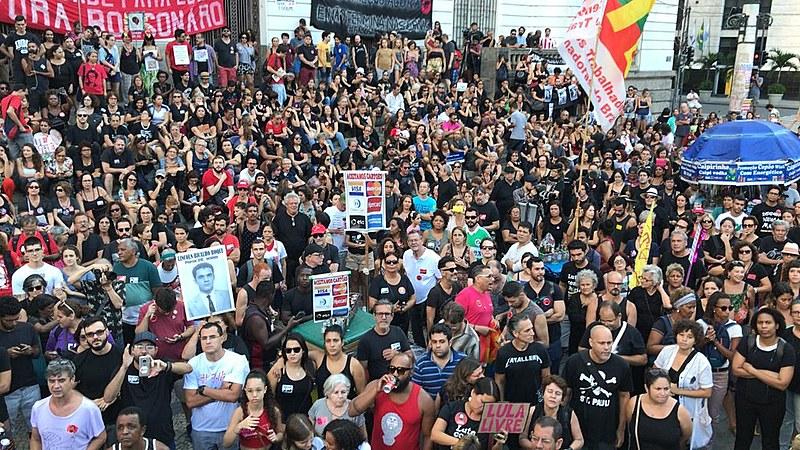 Militantes se encontram na Cinelândia, no Centro do Rio, para repudiar torturas e mortes ocorridas durante a ditadura militar