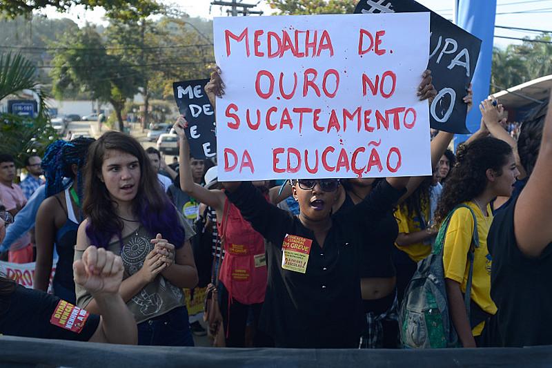 Manifestantes protestam contra a precarização da educação