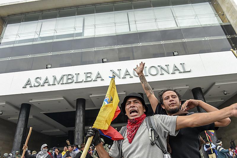 Manifestantes invadiram sede da Assembleia Nacional do Equador