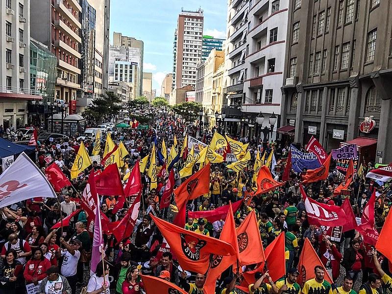 Em Curitiba, manifestações ocupam a Boca Maldita, no centro da cidade