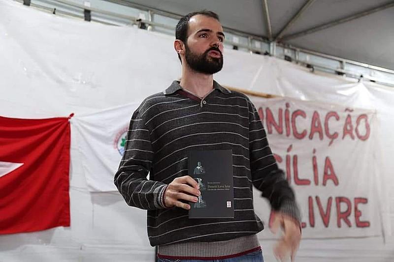 Daniel Giovanaz durante o lançamento de seu livro na Vigília Lula Livre, em Curitiba