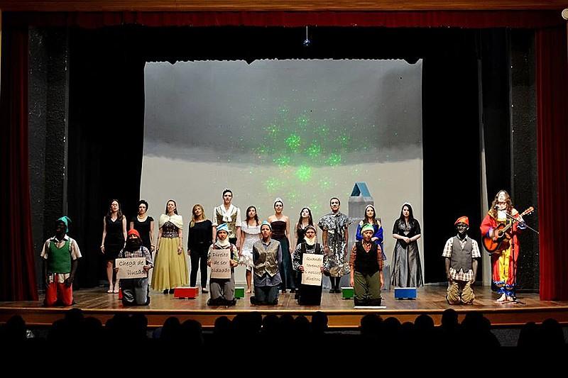 Peça 'A Revolução dos Anões,' apresentada pelo grupo de teatro em 2012 e 2013