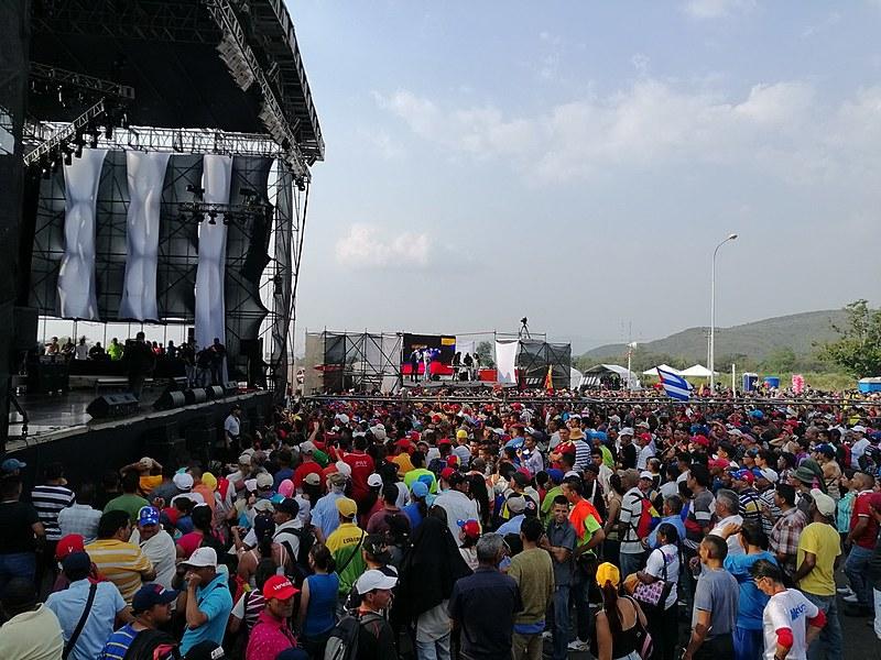 Venezuelanos pró e contra Maduro organizaram shows dos dois lados da fronteira na última sexta (22)