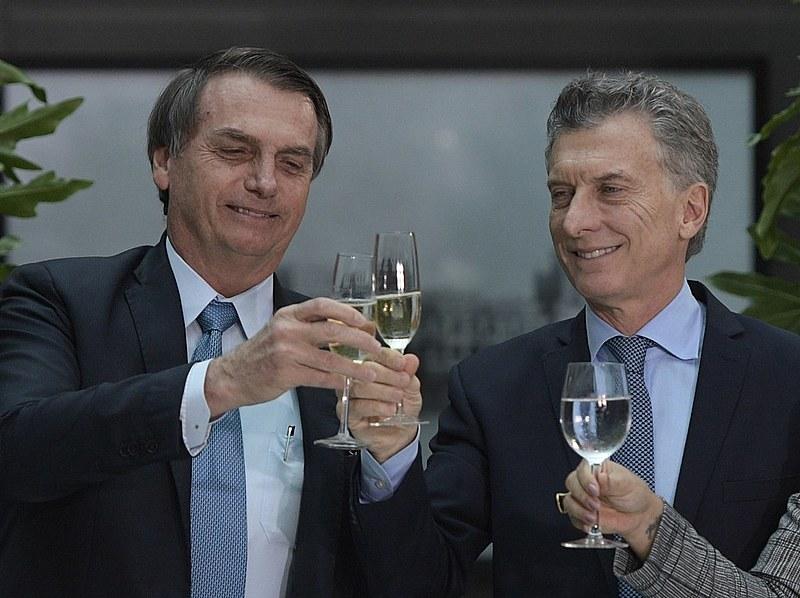 Bolsonaro e Macri, em momento de descontração, brindam com vinho durante encontro em Buenos Aires nesta semana