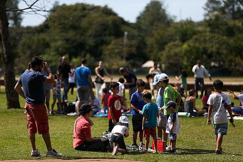 No Dia Mundial do Brincar, em 28 de maio, crianças aproveitam brincadeiras ao ar livre em Brasília