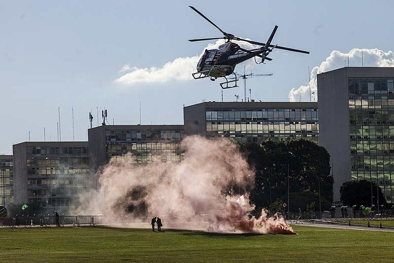 Helicópteros y la caballería también fue usada contra los manifestantes este miércoles (24)/ Mídia Ninja