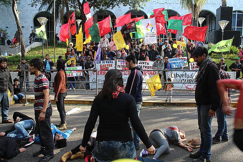 Jovens encenam carnificina de Curuguaty, em frente ao Palácio de Justiça