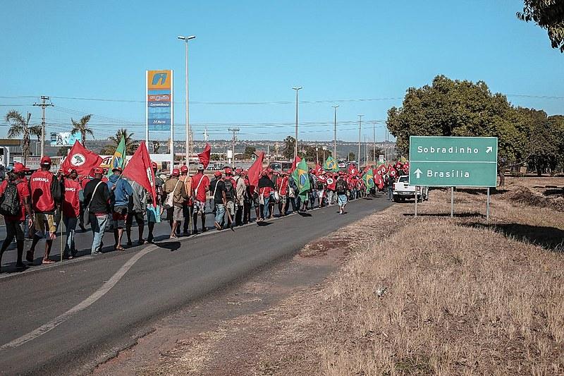 Coluna Liga Camponesas rumo a Sobradinho (DF) na manhã deste domingo (12)