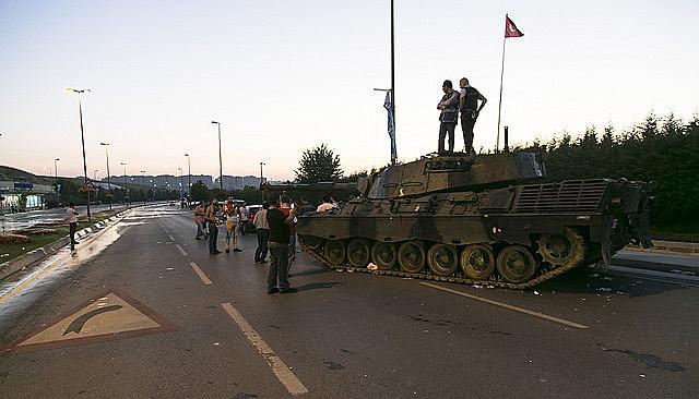 Manifestantes impedem a passagem de tanque durante a tentativa de golpe militar na Turquia