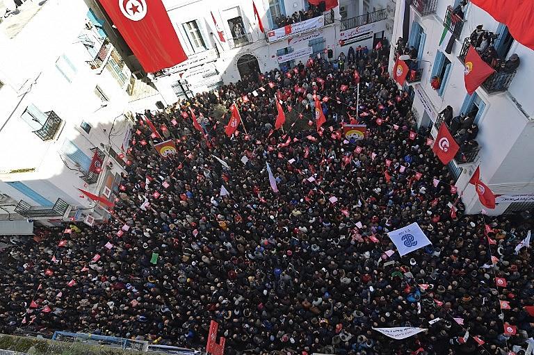 Manifestantes se reúnem na sede da UGT na capital Túnis no dia 17 durante greve geral chamada pela entidade