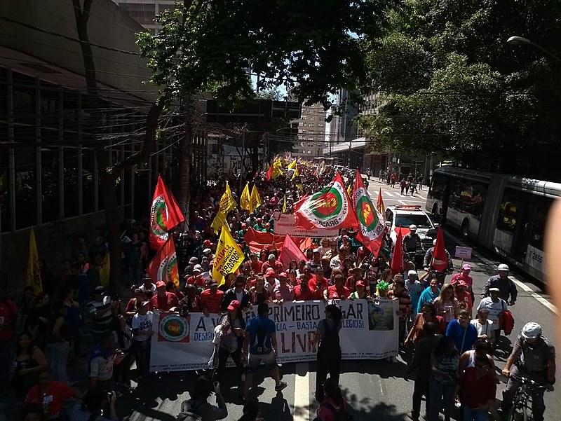 Militantes percorrem a Avenida Brigadeiro Luís Antônio, na cidade de São Paulo, em direção ao Parque do Ibirapuera