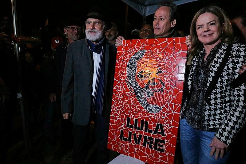 """Guerrero, ao centro da foto, com um dos mosaicos feitos para Lula: """"Eu faço arte pelos marginalizados do mundo, porque eu faço parte deles"""""""