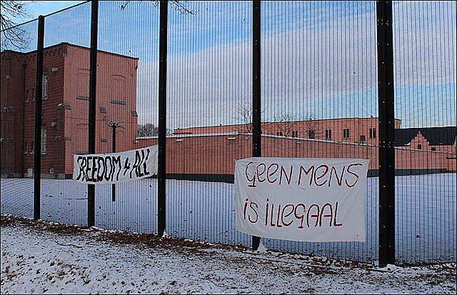 """""""Nenhuma pessoa é ilegal"""", diz faixa colocada em frente a um dos centros belgas de detenção para imigrantes indocumentados"""