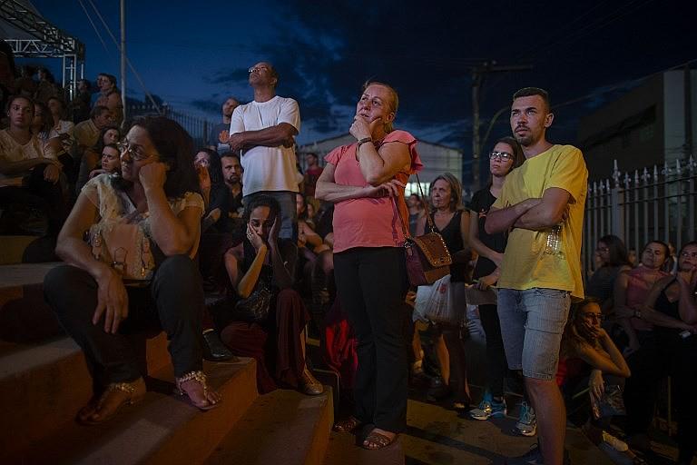 Familiares do lado de fora da Igreja Matriz de Brumadinho durante missa em homenagem aos desaparecidos e vítimas do crime da Vale