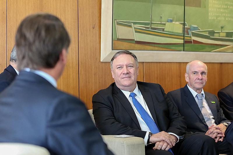 Bolsonaro (de costas) conversar com Mike Pompeo (ao centro), secretário de Estado dos EUA