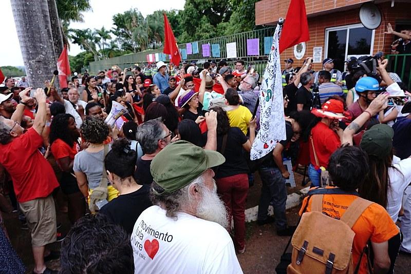 Manifestantes celebran la salida de invasores de la Embajada de Venezuela en Brasilia