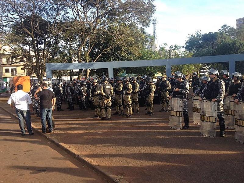 PM e batalhão de choque tensionam protesto contra a morte dos sem-terra, neste sábado (10)