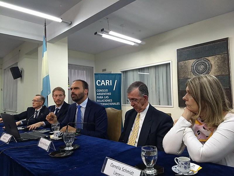 """Durante pronunciamento, Eduardo Bolsonaro afirmou que """"acredita na inocência"""" do irmão Flávio, investigado por lavagem de dinheiro"""