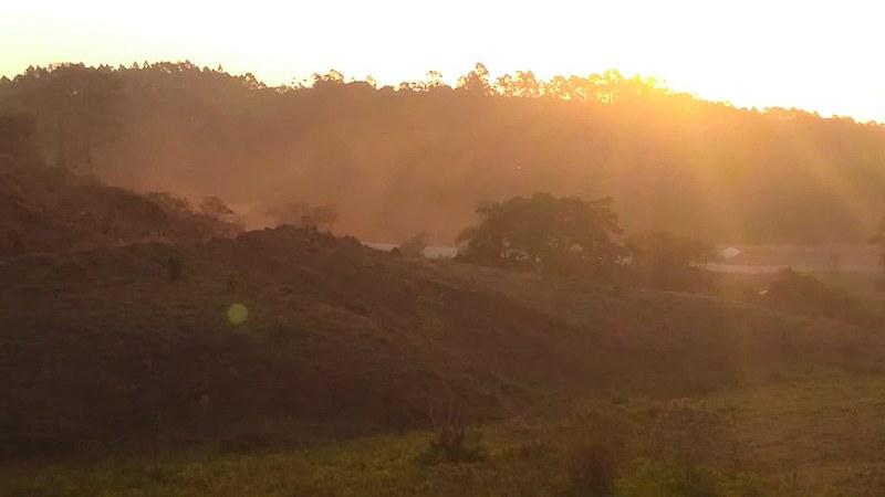 Área próxima à mineração, ao lado do terreno de famílias da comunidade São Pedro, apresenta grande nível de poeira