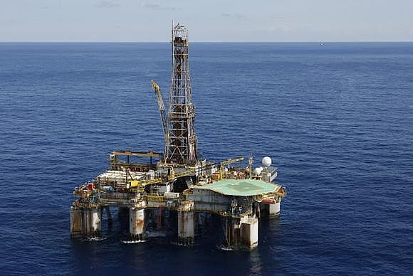 Leilão de campos de petróleo marca a perda de soberania nacional.