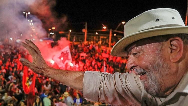 O ex-presidente tem até às 17h desta sexta (6) para se apresentar à Polícia Federal, em Curitiba