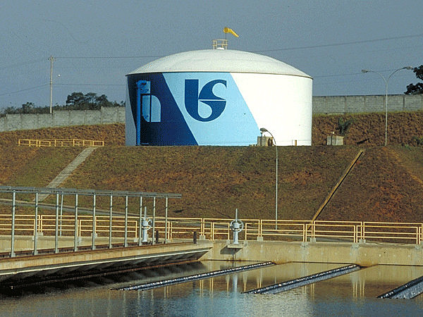 Sabesp, sociedade anônima de capital misto, é responsável pelo tratamento de água e esgoto em todo o Estado de SP